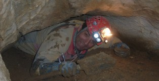 Désobstruction d'un bouchon d'argile dans la Grotte du Dragon
